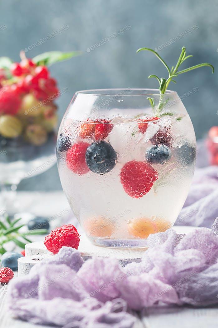 Detox Obst infundiertes aromatisiertes Wasser.