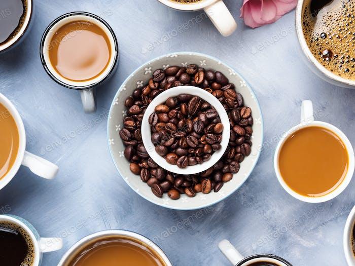 Tassen und Tassen Kaffee und Blumen