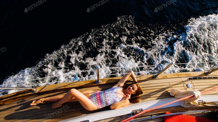 Luxus Frau Segeln in Meer Top Blick