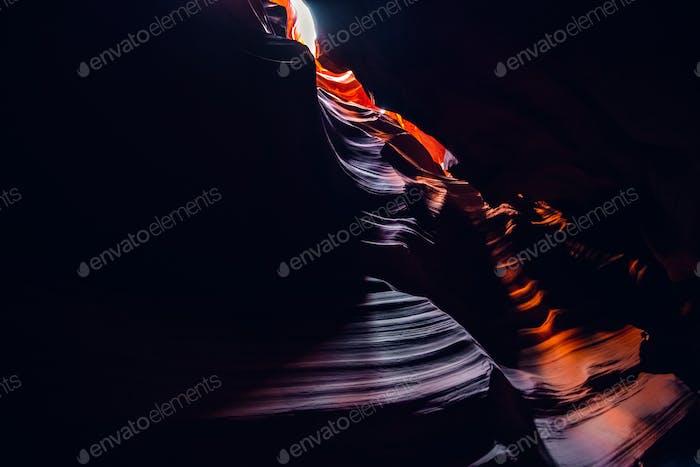 Bild in Low Key mit bunten Antelope Canyon in Page Arizona