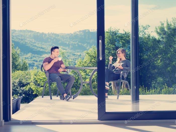 Paar genießen Kaffee am Morgen und Frühstück