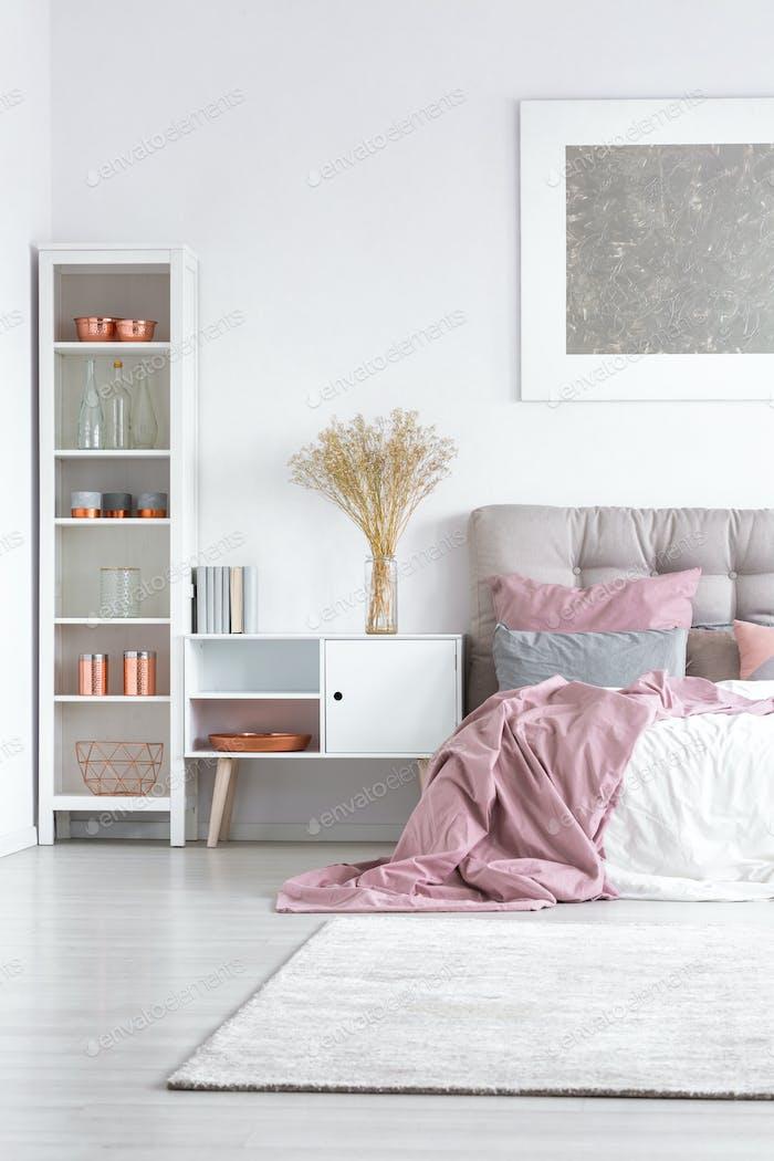Bett mit Pastellrosa Steppdecke