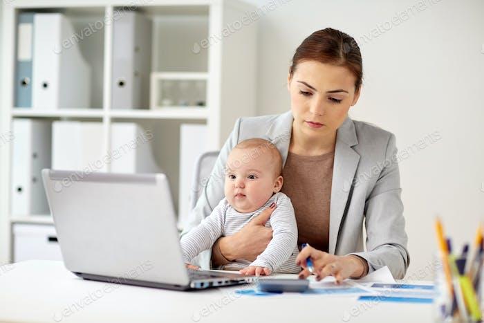 Geschäftsfrau mit Baby arbeiten im Büro