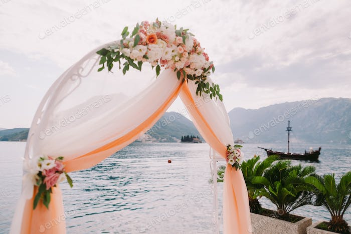 wedding isle and arch