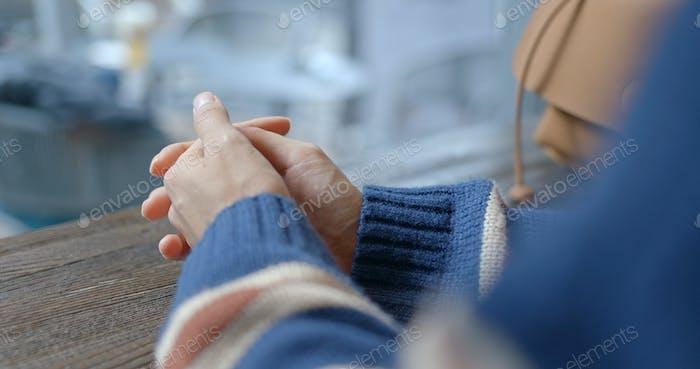 Frau Finger kreuzen und warten auf jemanden