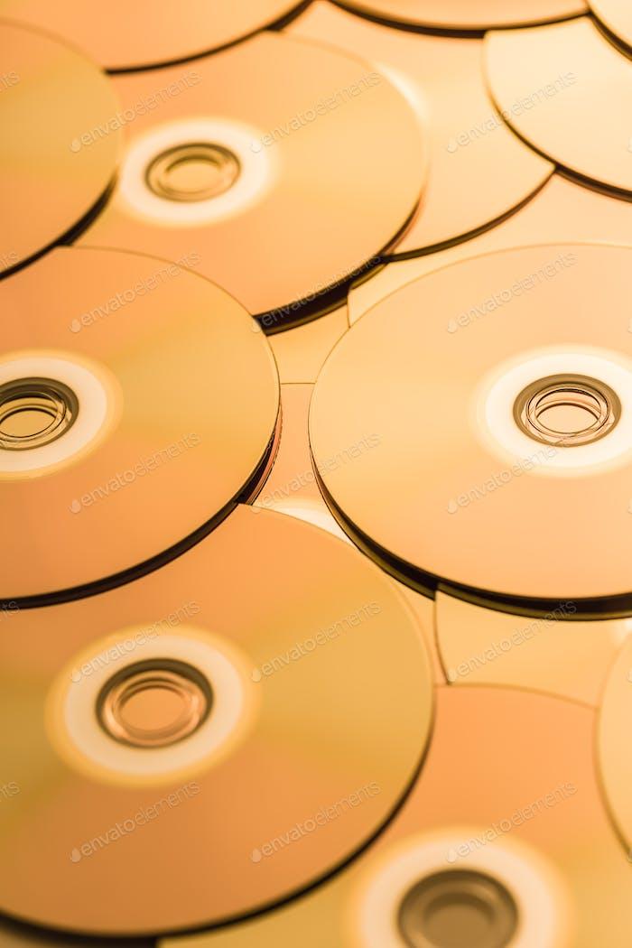 CD и DVD в золотистом тоне в качестве фона