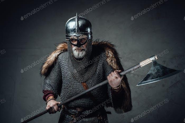 Bárbaro vándalo anciano vestido con abrigo de correo