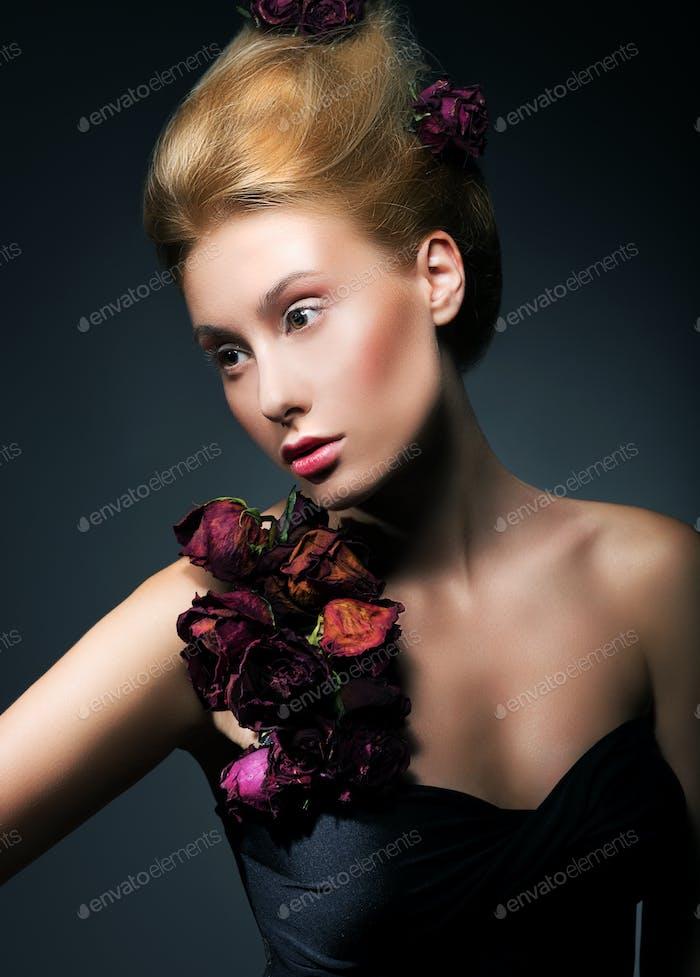 Mujer con clase en negro vestido de flores