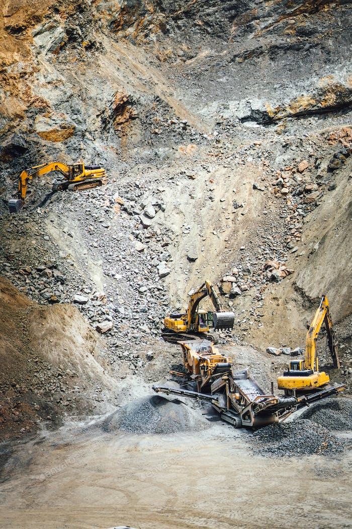 Industriemaschinen und Schwerlastbagger, die im Steinbruch arbeiten