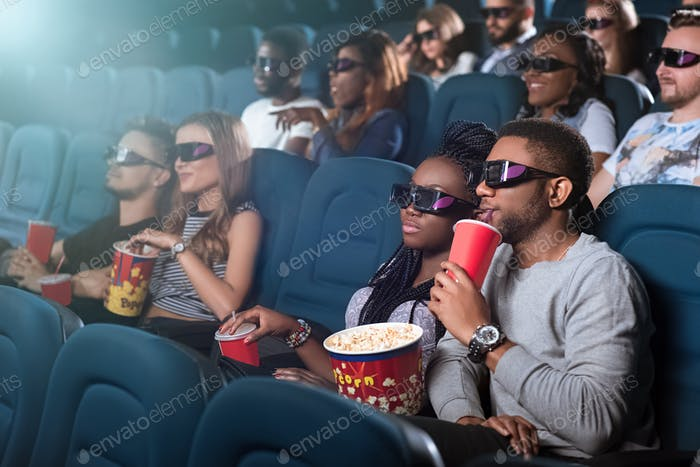 Африканская пара в кинотеатре