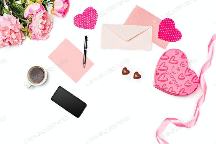 Die Geschenkbox mit Herzen auf weißem Hintergrund