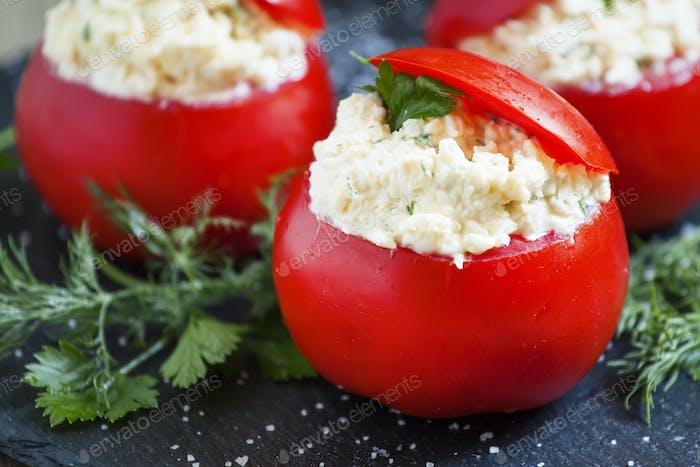Tomaten gefüllt mit Frischkäse, selektiver Fokus