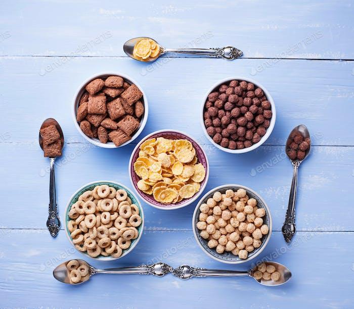 Auswahl an verschiedenen Cornflakes zum Frühstück