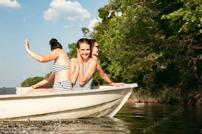 Glückliche Gruppe von Freunden Spaß, Lachen und Schwimmen im Fluss