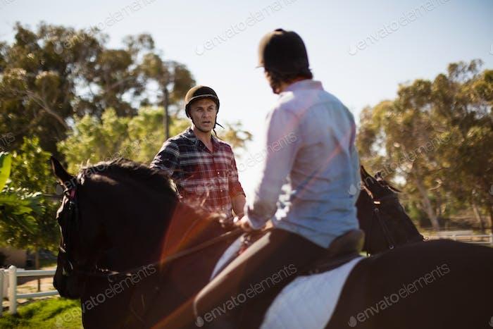 Zwei männliche Freunde Reiten Pferd in der Ranch