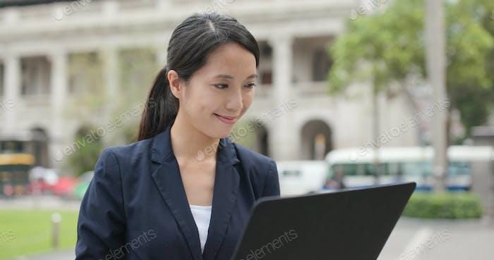 Geschäftsfrau Verwendung von Laptop-Computer im Freien