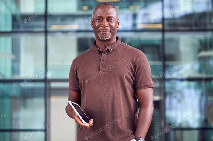 Porträt von Lächeln Reife Geschäftsmann Mit Digital Tablet Stehen In Lobby Von Busy Modern Office