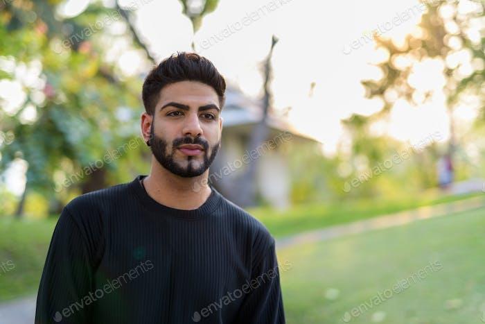 junge gut aussehend indischen Mann bei park