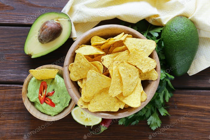 Dip Of Avocado Guacamole und Maischips