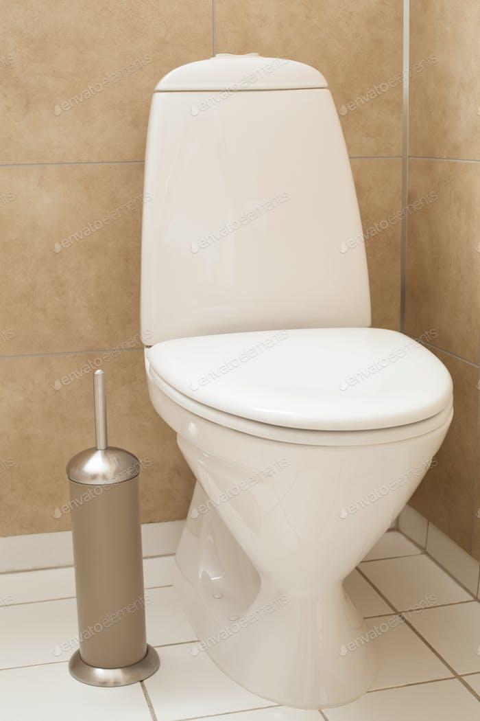 weiße Toilettenschüssel im modernen Bad