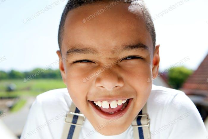 Porträt eines lächelnden kleinen Jungen mit Hosenträger