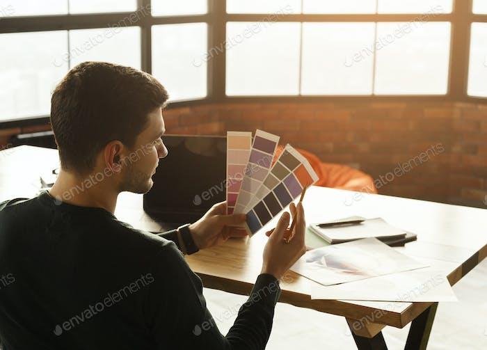 Unerkennbar Designer Kerl arbeiten sitzen im Büro