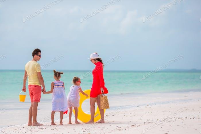 Família de quatro em férias