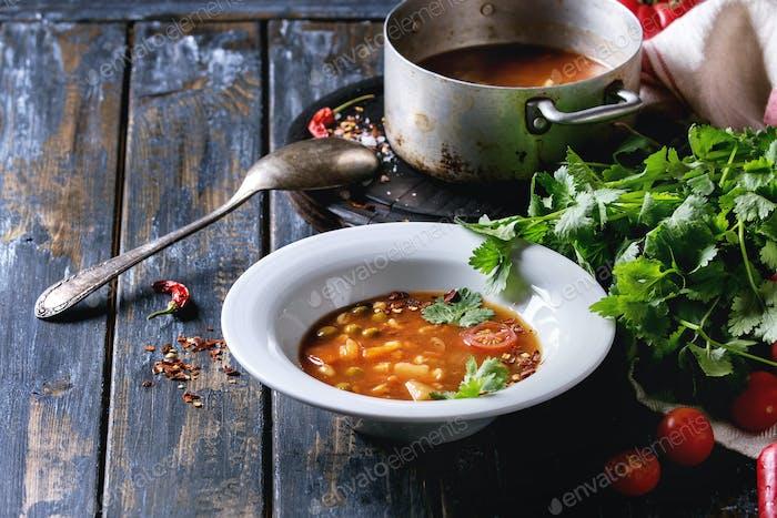 Sopa de guisantes con tomate y zanahoria