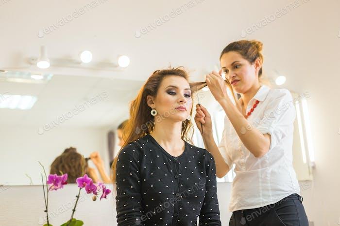 Friseur macht Haarschnitt für Frauen im Friseursalon