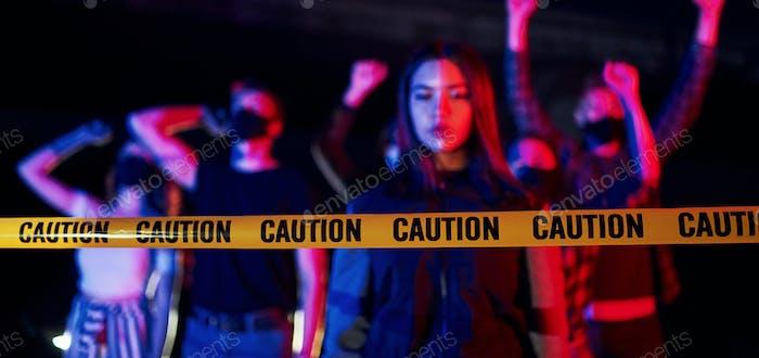 Grupo de jóvenes que protestan que se unen