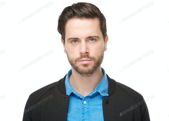 Horizontal cerca Vertical de un joven macho con barba mirando a cámara