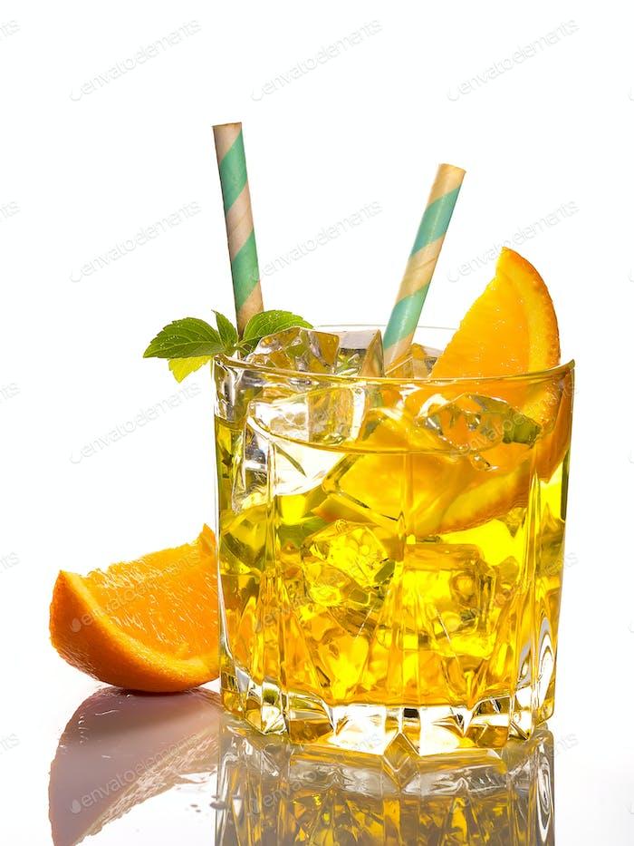 Alkoholischer Cocktail des Paten mit Orange und Eis, isoliert auf weißem Hintergrund