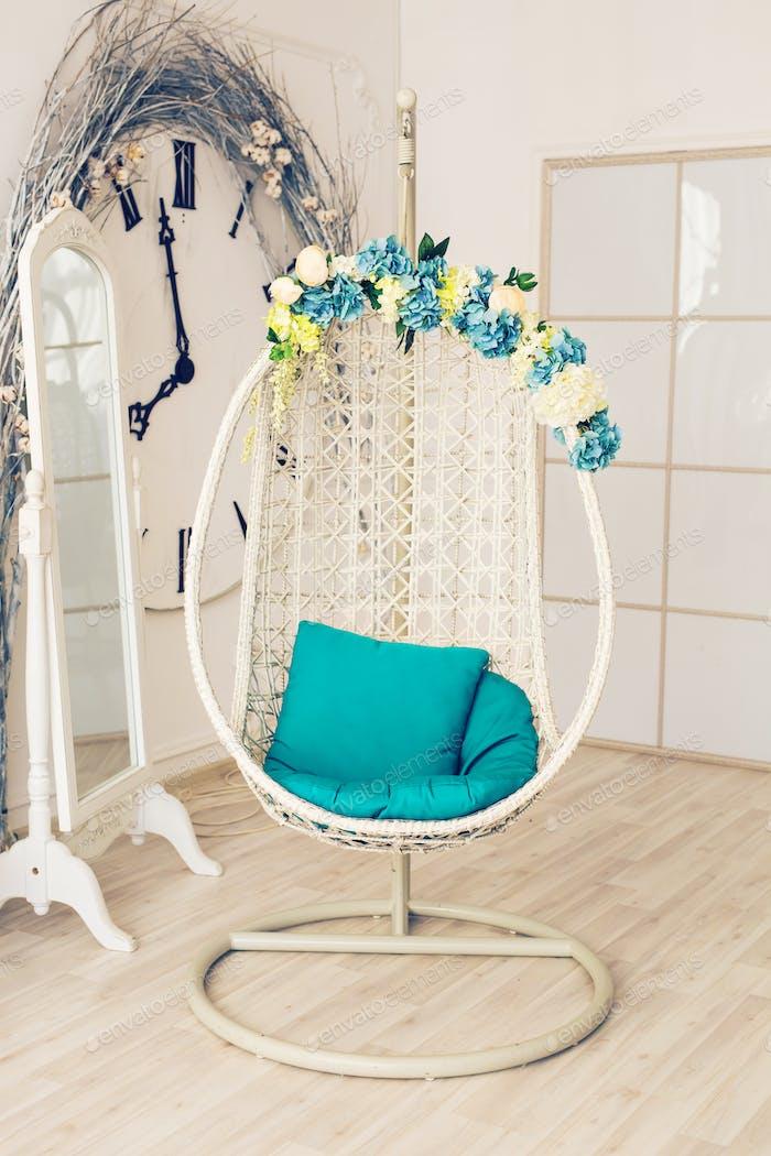 Rund- und Komfortstuhl auf schönem Interieur