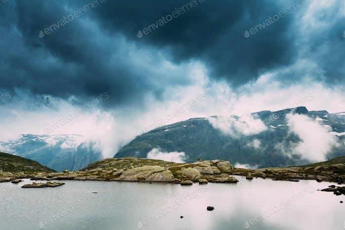 Vue panoramique du lac des Montagnes. Nature des montagnes norvégiennes