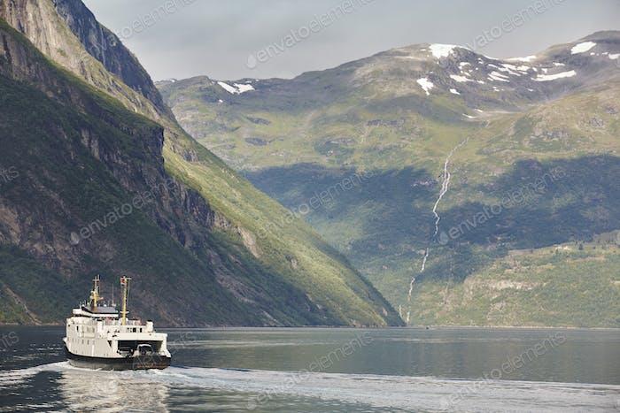 Norwegische Fjordlandschaft. Hellesylt, Geiranger Kreuzfahrt. Tourismus