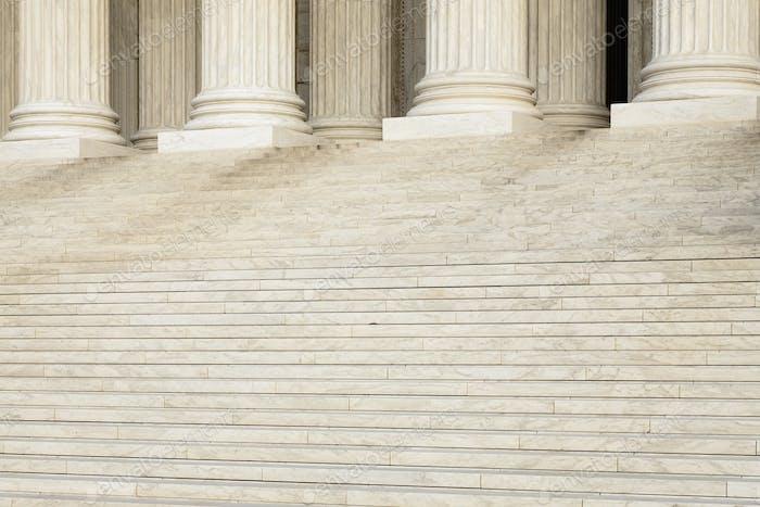 Vordertreppen und Säulen des Obersten Gerichtshofs
