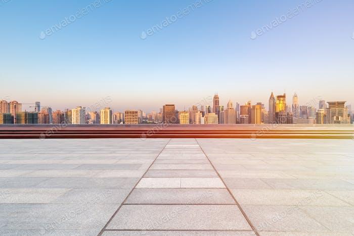 piso vacío con horizonte y Edificios en la Amanecer