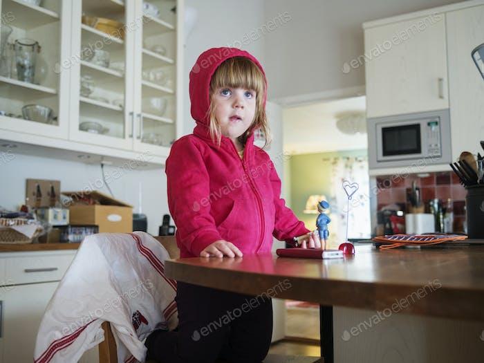 Neugieriges Mädchen in der Küche