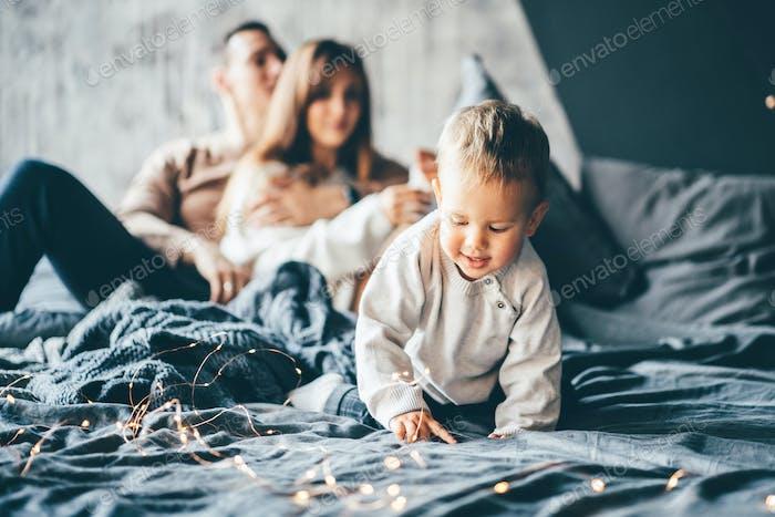 Familie hat Spaß im Schlafzimmer.