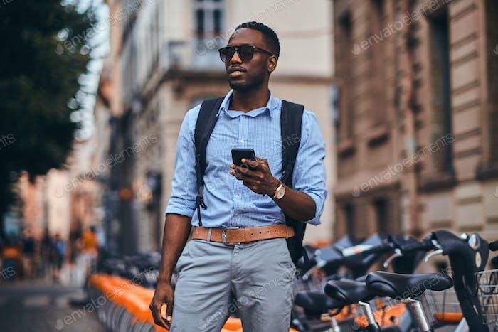 Turista americano está pagando por alquiler de bicicletas