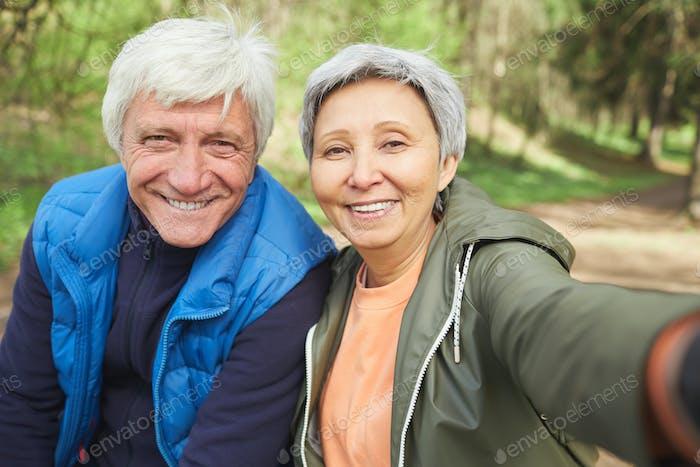 Senior-Paar, das Selfie Foto während der Wanderung im Wald macht