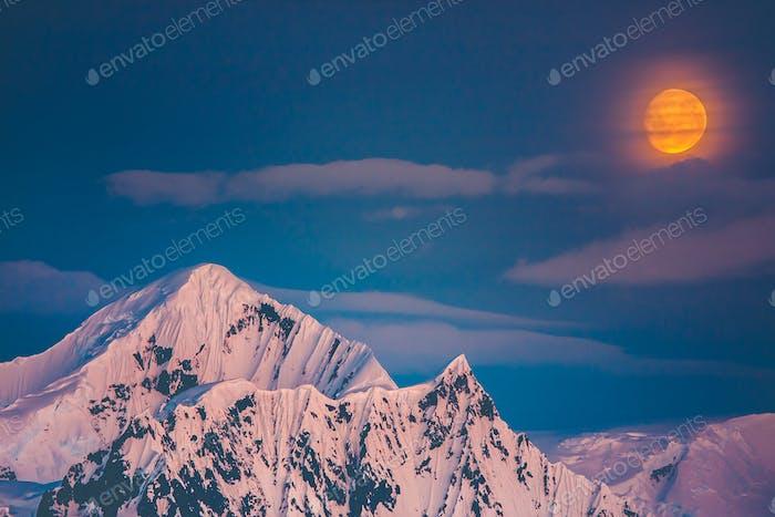 Die Berge der Antarktis. Polarer Himmel Hintergrund