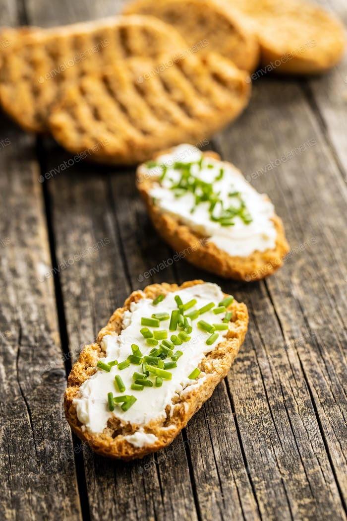 Knäckebrot mit cremigem Käse und grünem Schnittlauch