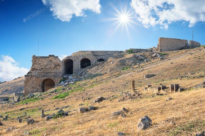 Antike Stadt Hierapolis unter der hellen Sonne