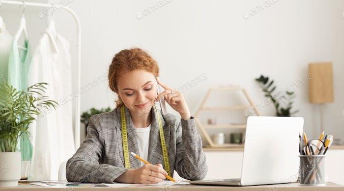 En contacto con los proveedores. Mujer sastre hablando por teléfono