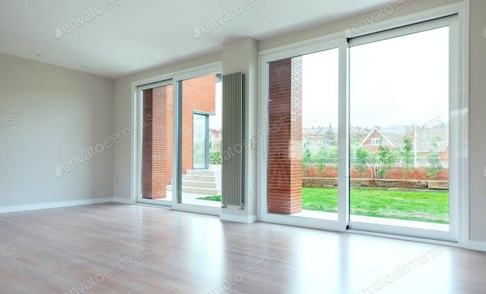 Großes Wohnzimmer mit großen Fenstern