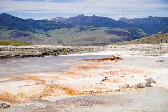 Travertin-Terrassen bei Mammoth Hot Springs, Yellowstone-Nationalpark, Wyoming