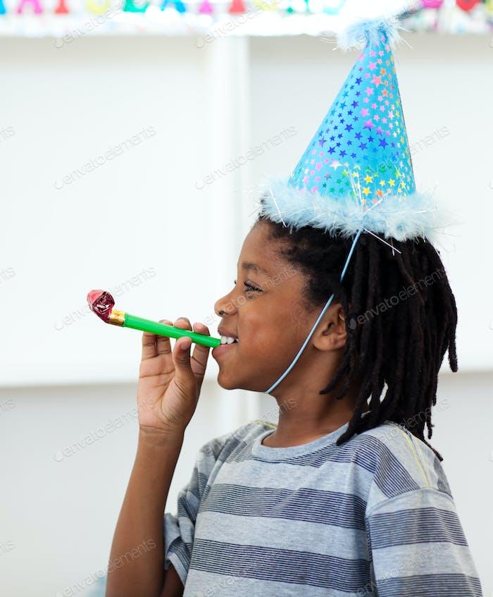 Jolly junge mit Spaß auf einem Geburtstagsparty