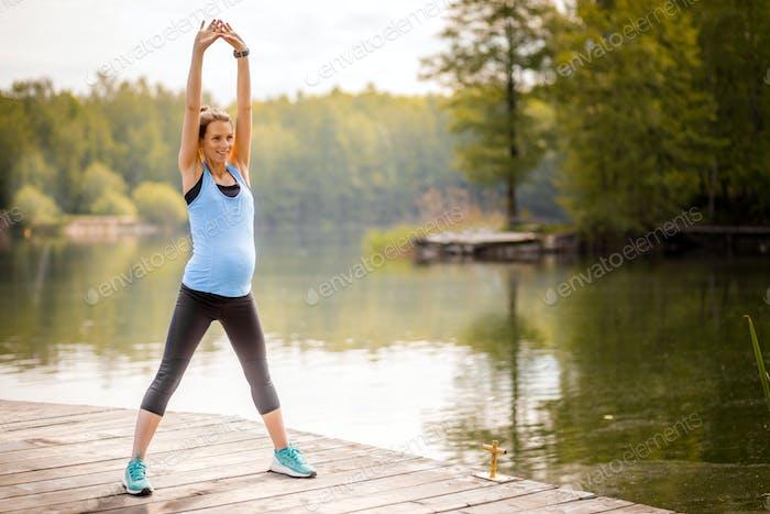Schwangere und Sport, Frau arbeitet im Freien