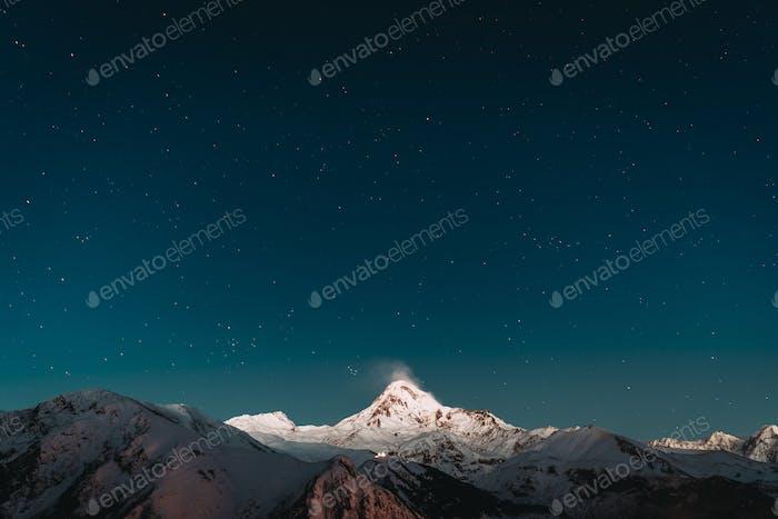 Georgia. Noche de invierno cielo estrellado con estrellas brillantes sobre el pico de
